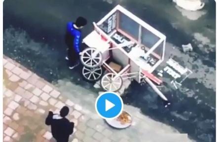 Adana'da Arabası devrilen satıcıya vatandaşlardan destek