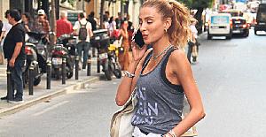Özge Ulusoy'un sokak stili dikkat çekti.