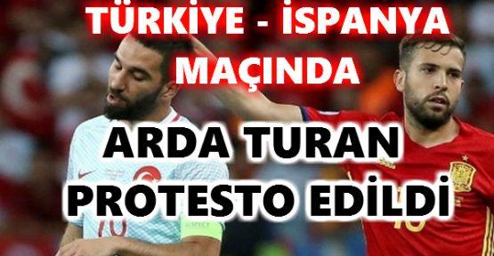 Türkiye – İspanya maçında Arda Turan protesto edildi